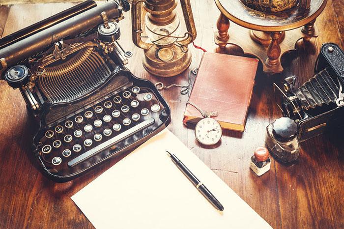 レトロでおしゃれなタイプライター風キーボードとおしゃれな北欧風木目調小物で、おじさんのデスク机周りの雰囲気を一新!