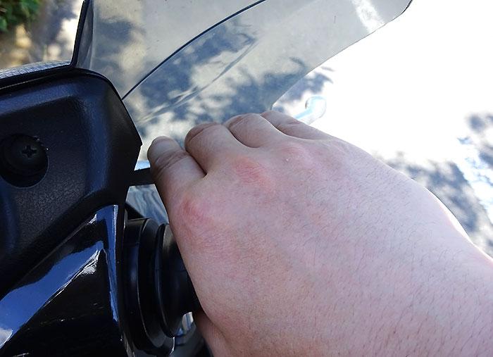 4本指でのブレーキ・クラッチ操作